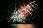 海面が照らし、夜空を覆う花火